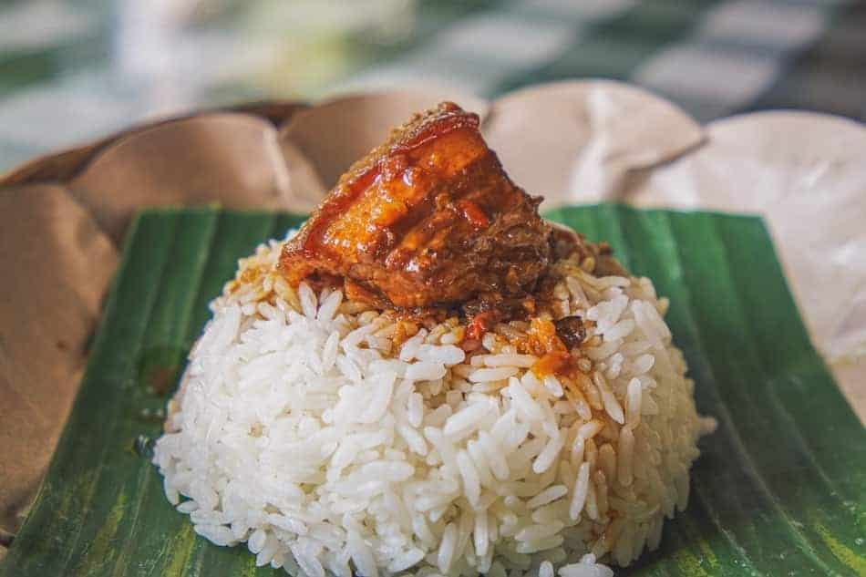 picture of portion of rice on the banana leaf